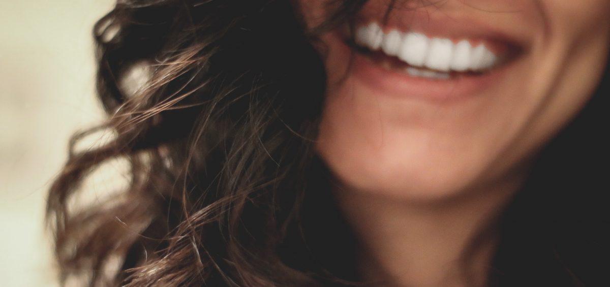 sonrisa mujer clínica dental bajo